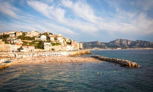 Plage de Marseille avec de nombreux touristes qui profitent de la douceur de la Méditerranée
