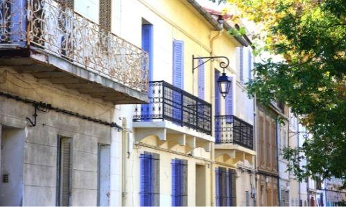 Ruelle colorée, aux volets bleus dans le quartier du Panier à Marseille