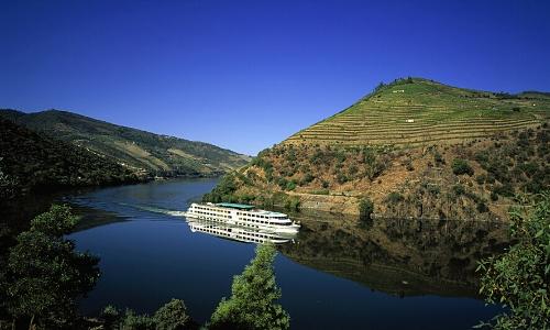 Vue sur un bateau de CroisiEurope sur une rivière, ambiance nature
