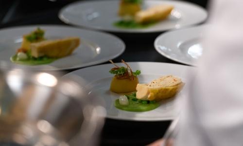 Photographie de plats gastronomiques, assiettes avec petites bouchées