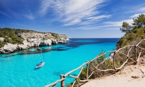 Paysage luxuriant de la Méditerranée avec un bateau au milieu de la mer