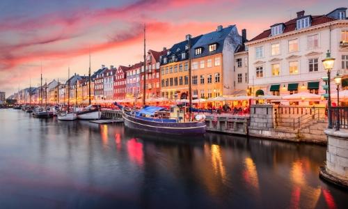 La ville colorée de Copenhague au Danemark avec petits voiliers aux abords et habitations colorées