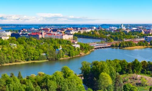 Vue aérienne sur Helsinki en Finlande et sa verdure imposante avec habitations
