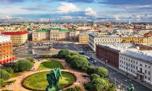 Vue aérienne sur la ville de Saint-Pétersbourg en Russie avec une grande place au centre et bâtiments tout autour avec parc