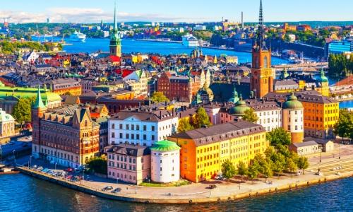 Vue aérienne sur la vieille ville de Stockholm, avec habitations colorées au bord de la mer Baltique