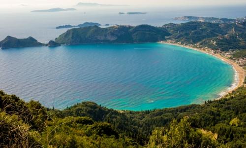 La plage de sable de la baie Agios Georgios de Corfou