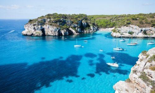 Vue sur Minorque, île des Baléares avec mer limpide et rochers