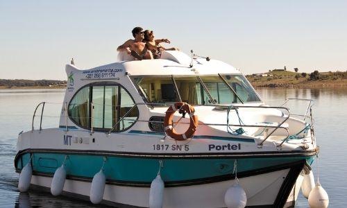 bateau nicols de la gamme estivale, couple qui se prélasse dessus