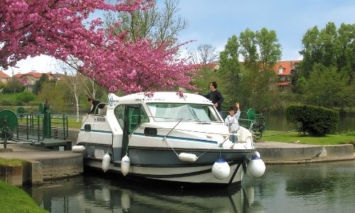 bateau de la gamme confort de la compagnie Nicols sur un canal