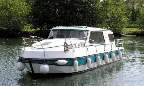 bateau de la gamme Riviera de Nicols sur l'eau