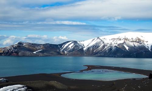 Montagnes enneigées et lac, île de la Déception, antarctique