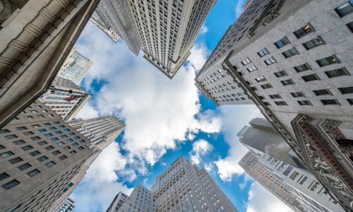 Vue d'en bas sur les gratte-ciel de New York