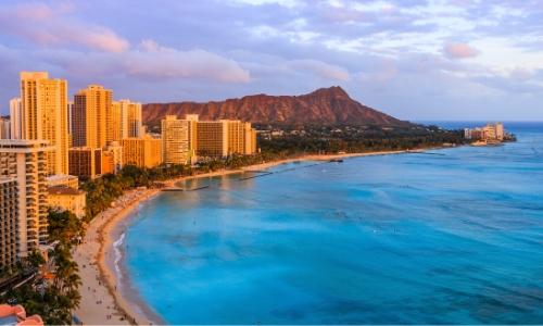 Côte, Honolulu avec plages, bâtiments, volcan en arrière-plan