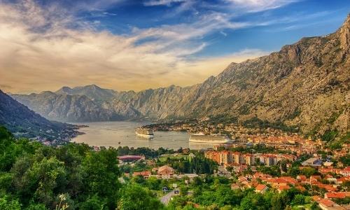 Vue aérienne sur la baie de Kotor au Montenegro avec montagnes, végétation et habitations