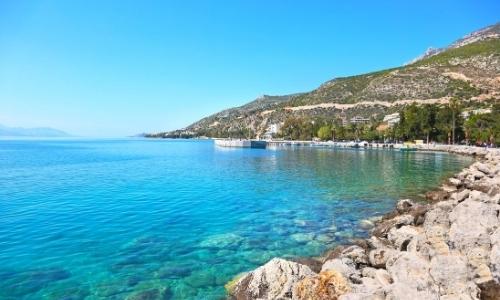 Bord de mer, golfe de Corinthe, eau transparente, rochers et verdure, ambiance naturelle