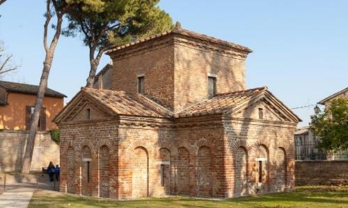 Vue sur le mausolée de Galla Placidia, monument en pierres