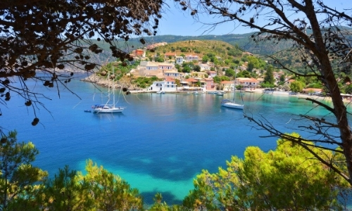 Vue aérienne sur les plages d'Assos, bateau, nature, habitations