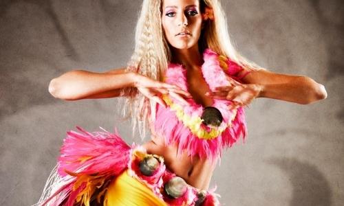 Danseuse tahitienne avec tenue typique, fleurs, plumes, coquillages