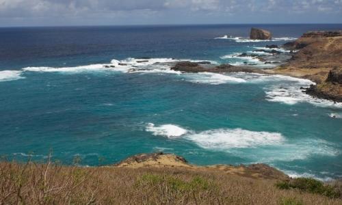 Vue sur des côtes rocheuses, mer agitée