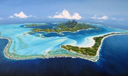 Vue aérienne sur île de Bora-Bora avec sable blanc, verdure, eau turquoise, bleu translucide