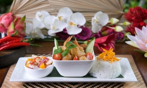 Spécialité culinaire de la Polynésie avec riz, crevettes panées, légumes