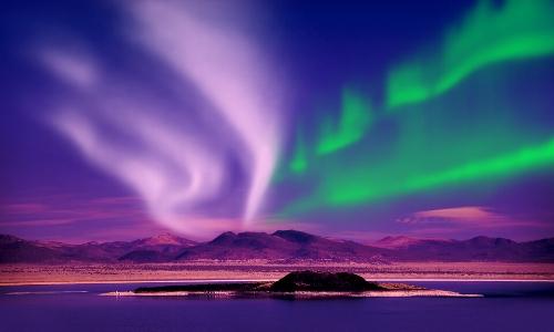 Vue sur les aurores boréales, violet et vert
