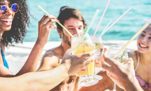 Groupe d'amis s'amusant en buvant un cocktail
