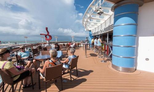 Le Sky Bar avec une vue imprenable sur la mer