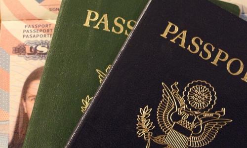 Gros plan sur passeports de nationalités différentes