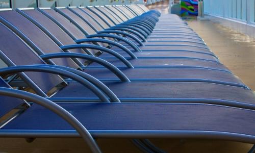 Rangée de chaises longues alignées sur le pont d'un bateau