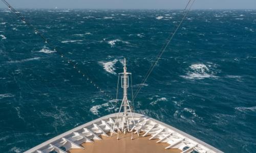 Avant d'un bateau, mer agitée, vagues