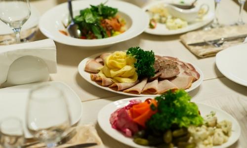 Plusieurs plats servis sur une belle table