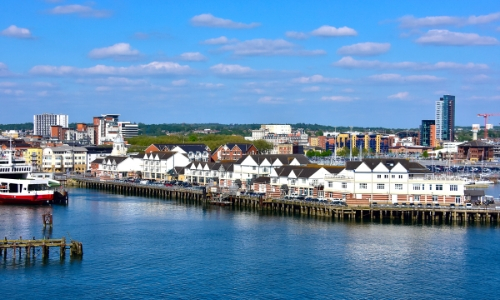 Vue sur Southampton avec port, habitations