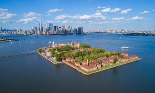 Vue aérienne sur Ellis Island avec New York en arrière-plan