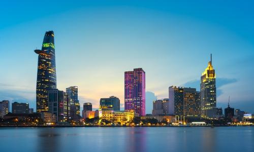 Vue sur la ville avec buildings au Vietnam depuis la mer