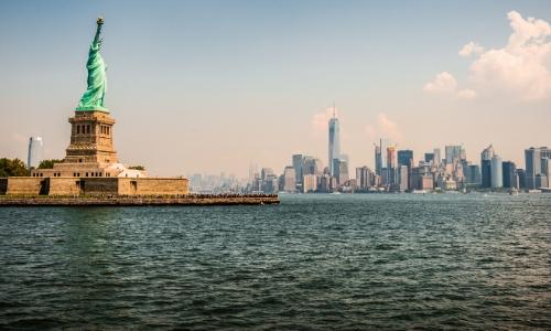 Vue sur Ellis Island à New York avec statue de la Liberté et ville de New York en arrière-plan