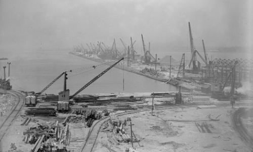Ancienne photo du port de Southampton en 1930, en noir et blanc, avec grues, constructions