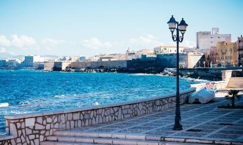 Bord de mer de Trapani avec fortifications en arrière-plan qui protègent la vieille ville
