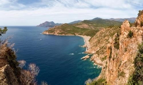 Vue aérienne sur les calanques de Piana en Corse avec rochers, verdure...