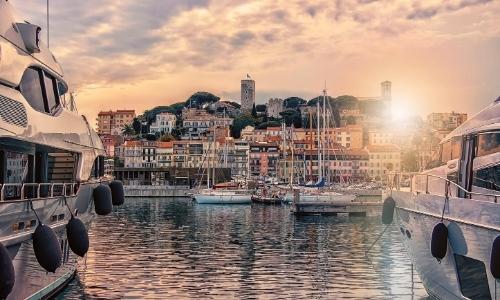 Vue depuis le Vieux Port de Cannes sur le quartier historique (Suquet)