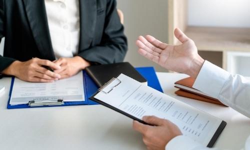 Deux personnes passant un entretien avec documents sur la table