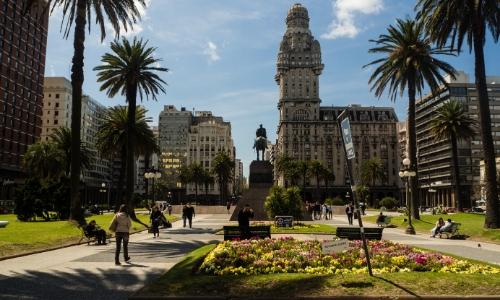 Vue sur la Place de l'Indépendance à Montevideo en Uruguay avec bâtiments et jardins