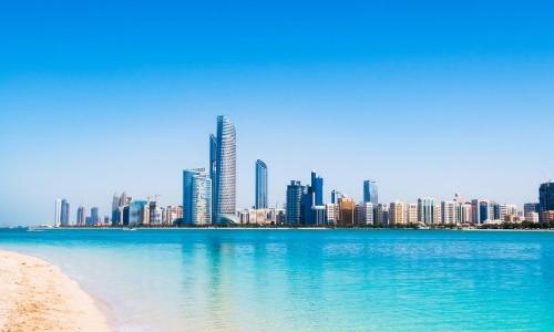 Image d'Abu Dhabi avec gratte-ciels depuis la mer
