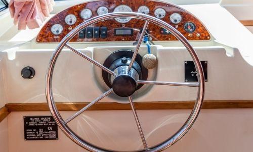 Un volant sur un bateau sans permis