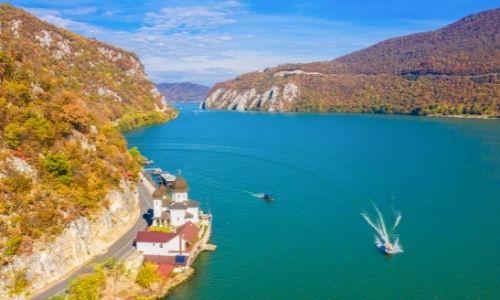 Paysage vu de haut du Danube entouré de montagnes