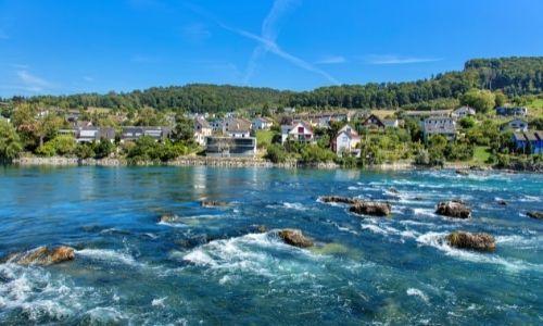 Villages avec quelques maisons au bord du fleuve du Rhin