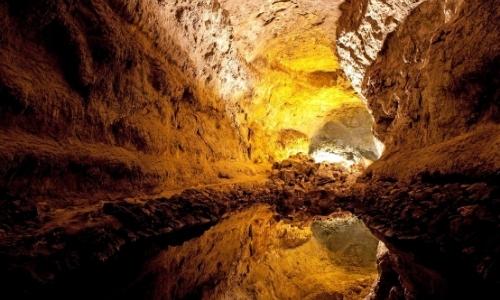Intérieur de la grotte avec petit plan d'eau au sol