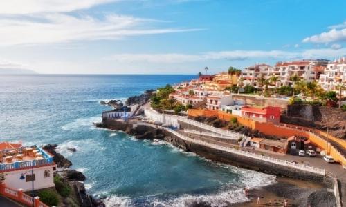 Vue aérienne sur les côtes de sable noir à Tenerife avec habitations