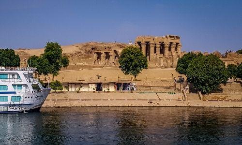 vu d'une étendue d'eau décorée à l'arrière-plan par les paysages sableux de l'Egypte