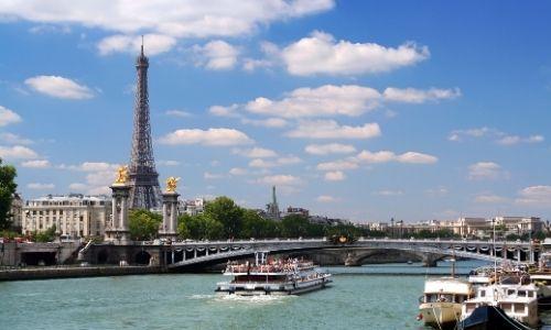 vue de la Seine à Paris, avec une bateau qui naviguent sans oublier la belle Dame de fer à l'arrière-plan